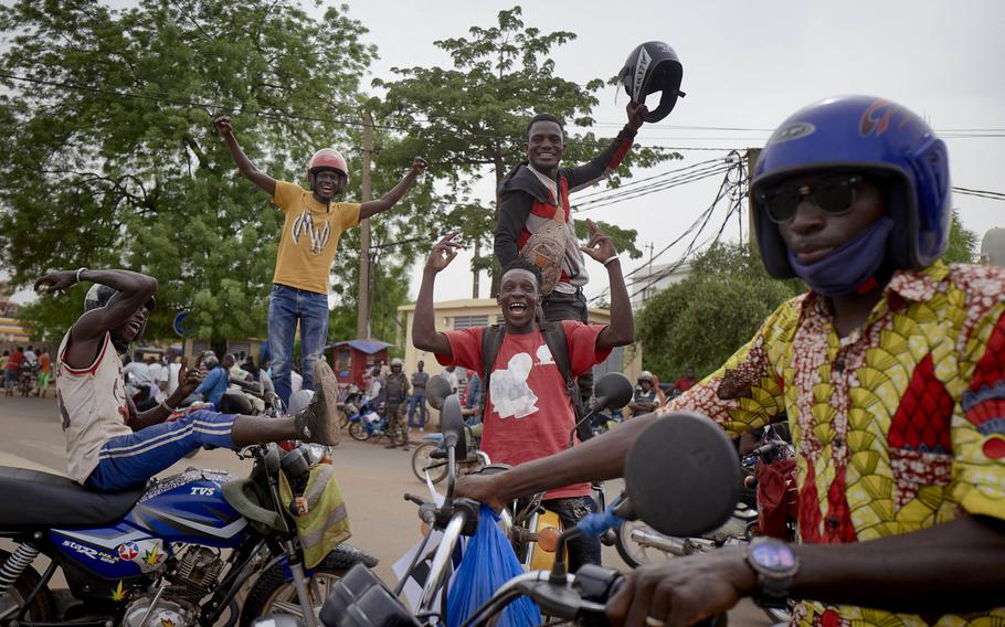 Supporters of Mali's armed forces gather at Independence square in Bamako on May 28, 202,  to celebrate the recent coup led by the vice president of the transitional government Assimi Goita.
