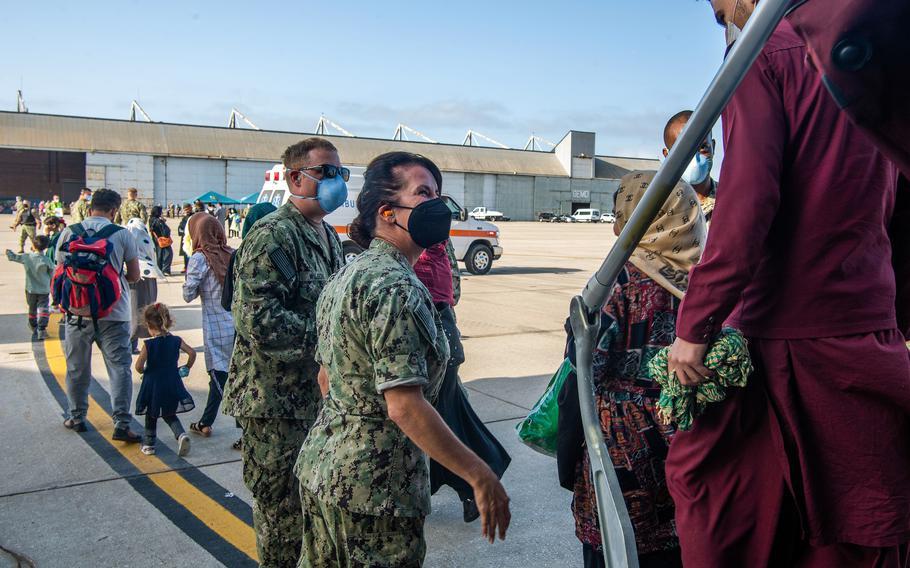 Los marineros dan la bienvenida a los evacuados de Afganistán a Rota, una base naval en España, el viernes 27 de agosto de 2021.