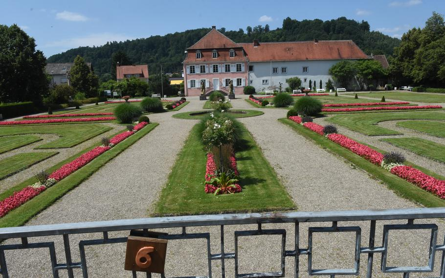 A large courtyard at the Roman Museum Homburg-Schwarzenacker exhibits Roman artifacts from the surrounding area.