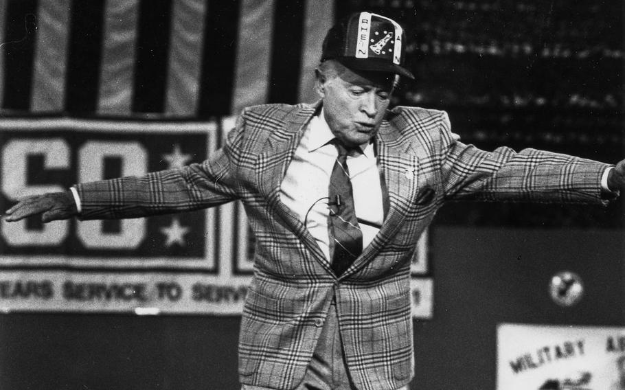 Mai 1990: Bob Hope danser på scenen under et USO-show på Rhine-Main AB.