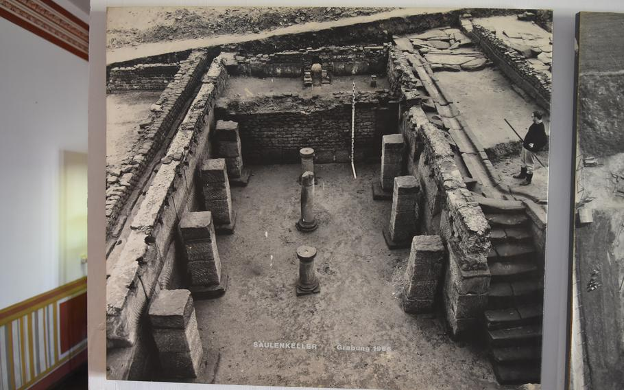 An old photo on display at the Roman Museum Homburg-Schwarzenacker shows a cellar excavated in the 1950s. Stone foundations and partially refurbished buildings give a glimpse into how inhabitants of the former Roman settlement lived some 2,000 years ago.