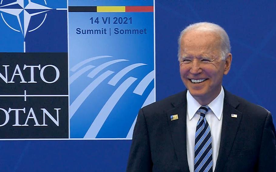 US-Präsident Joe Biden lächelt, als er während der offiziellen Begrüßung von NATO-Generalsekretär Jens Stoltenberg zum NATO-Gipfel in Brüssel, Belgien, 14. Juni 2021 posiert.