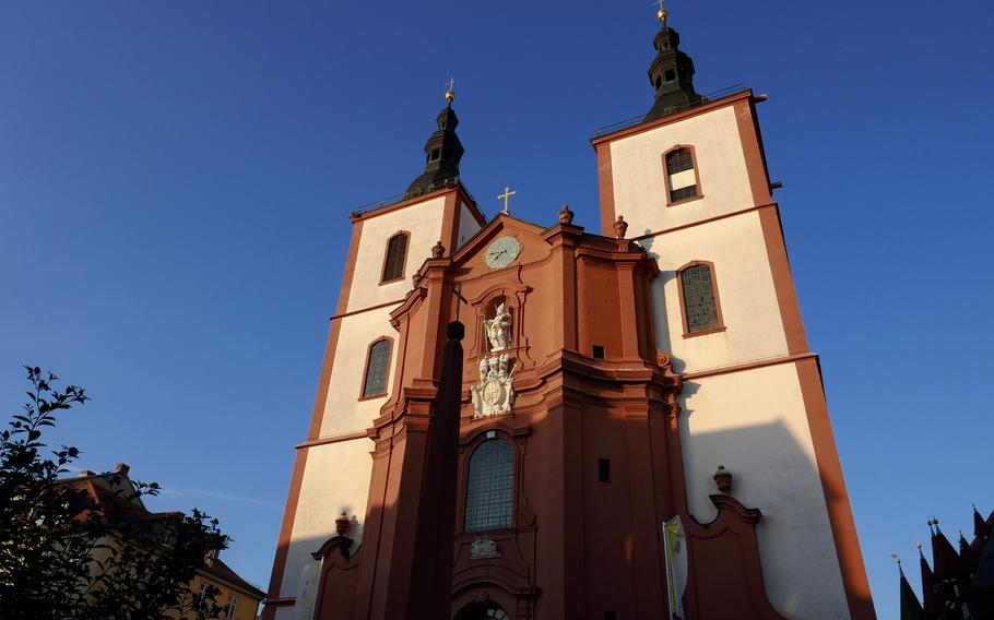 A setting sun bathes St. Blasius, the Fulda parish church, in a warm light. Built in the late 18th century, it was the last Baroque building constructed in the city.