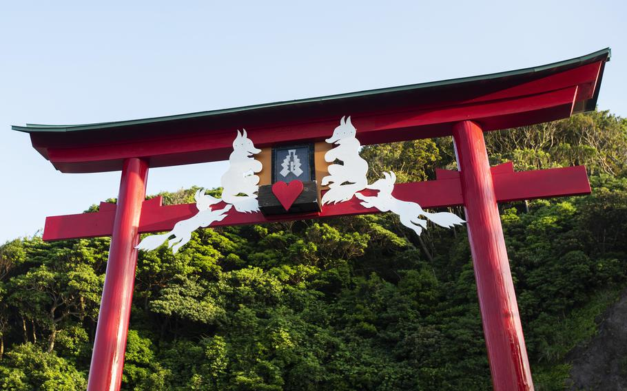 One of Motonosumi Inari's unique features is an offering box that sits about 18 feet off the ground atop a torii gate on the summit of a hill. It's said whoever successfully throws money into the box will have their wish granted.