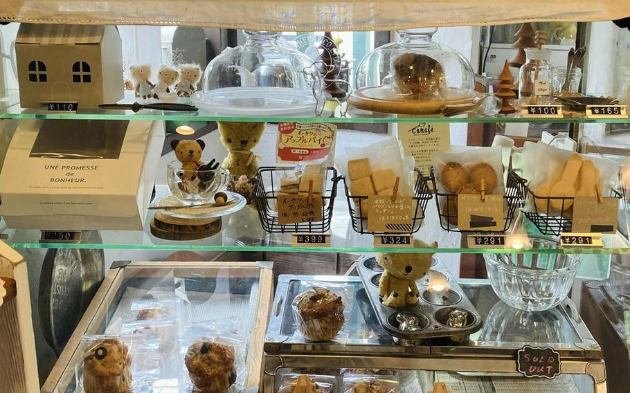 In addition to hearty meals, Organic Cafe koto-koto in western Tokyo offers baked goods and a variety of teas and coffees.