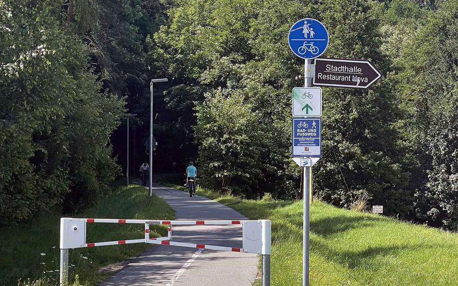Einer der Radwege in Neustadt an der Waldnaab im Juli 2021. Die Wege sind breit und auch für Fußgänger und Skater zugänglich.