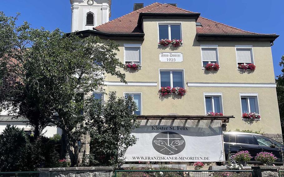 Die Abtei St. Felix in Neustadt an der Waldnap, Deutschland, ist nur eine kurze Fahrt von US-Stützpunkten in der Umgebung entfernt.  Es ist nach dem Heiligen Felix benannt, der 1515 in Umbrien, Italien, geboren wurde.