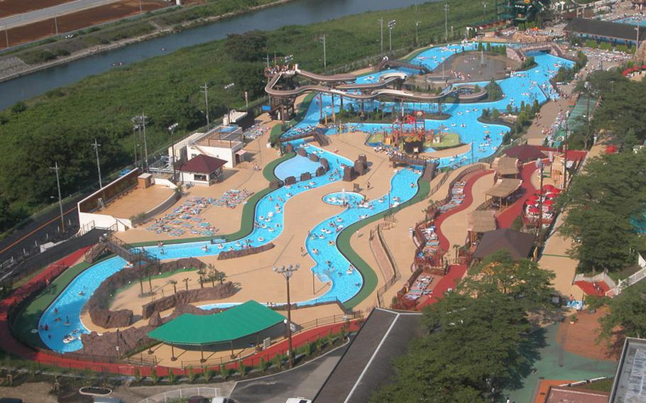 Great Adventure of Adventure Lagoon at Tokyo Summerland, is a 710-yard long pool, including water-splashing spots, water slides and more.