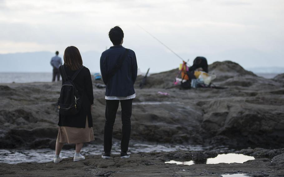 On Enoshima's southwest side is Chigogafuchi, a marine plateau famous for rock fishing and views of the sun setting behind Mount Fuji. During low tide, visitors can find fish and crabs under the rocks.