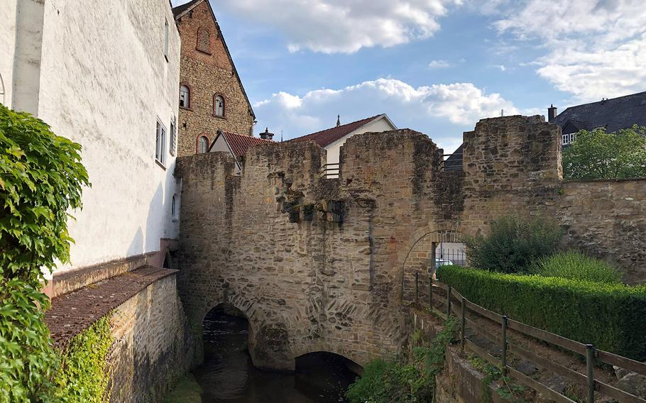 Parts of Meisenheim's city walls and defense towers, first erected when the city gained its charter in 1315, now run between apartments and other buildings.