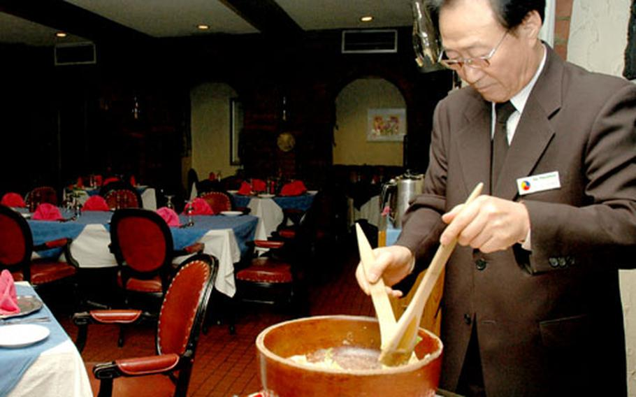 A waiter at La Cantina tosses a Caesar salad for two on a recent Saturday night.