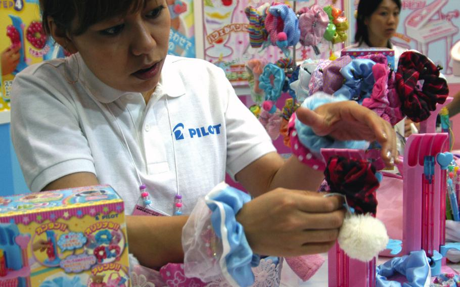Shu Shu Run, as seen at the Tokyo Toy Show, is a scrunchy maker that uses no needles or threads.