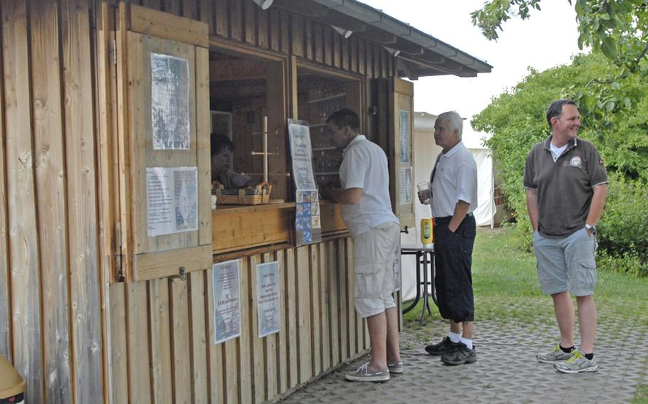 When you arrive at the Flörsheimer Warte, the first thing to do is pick a table  and look at the number on the side of the table. You place your order at the hut nearby, and your goodies will be brought to your table when they are ready.