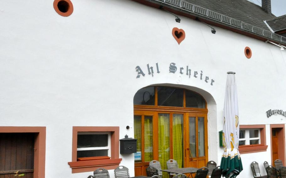 Gunther Ritter's restaurant, the Ahl Scheier, or the 'ol' barn,' is in the center of the town of  Morbach-Merscheid, Germany. One room is actually the former stable where the pigs were penned.