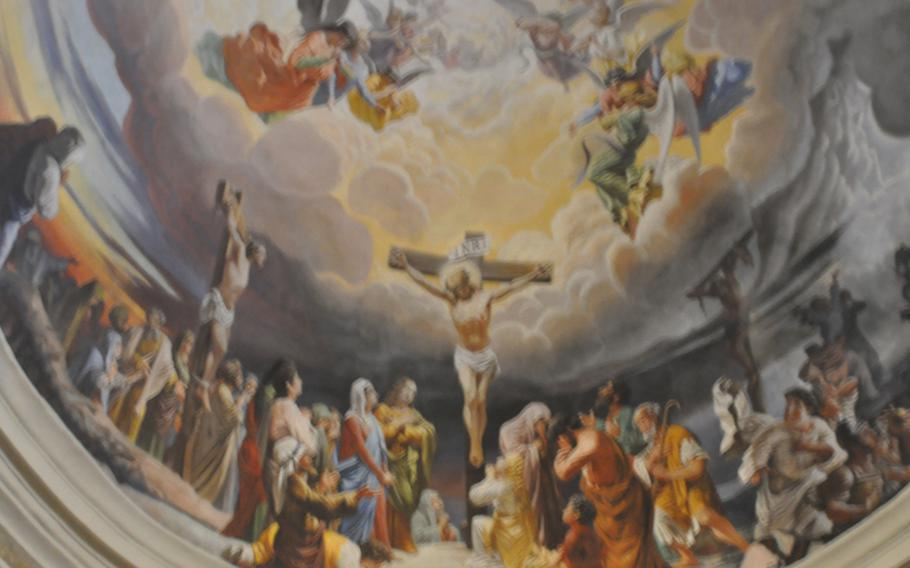A scene depicting Christ's crucifixion is painted on the ceiling behind the altar of the cathedral in Palmanova. It was started by Pompeo Randi and finished by Leonardo Riga in 1882.
