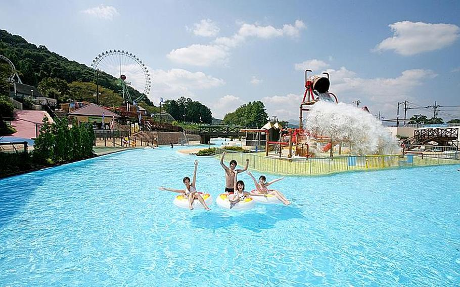 There are many attractions at Adventure Lagoon of Tokyo Summerland. Adventure Lagoon has swimming pools, water slides, tubes, waterfalls, and more in tropical atmosphere.