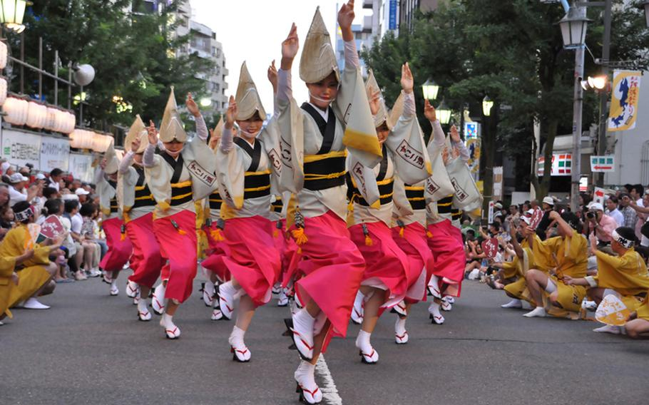 Aug. 27-28, 6-9 p.m.;  Started by the merchants of Koenji, more than million people are expected to attend the Koenji Awa Odori festival, in which processions of dancers parade through the streets to the beat of Shamisen (three-stringed Japanese music instrument), flutes, kane (Japanese gong) and drums. The photo shows an exapmple of Awa Odori dance, originally from Tokushima prefecture.