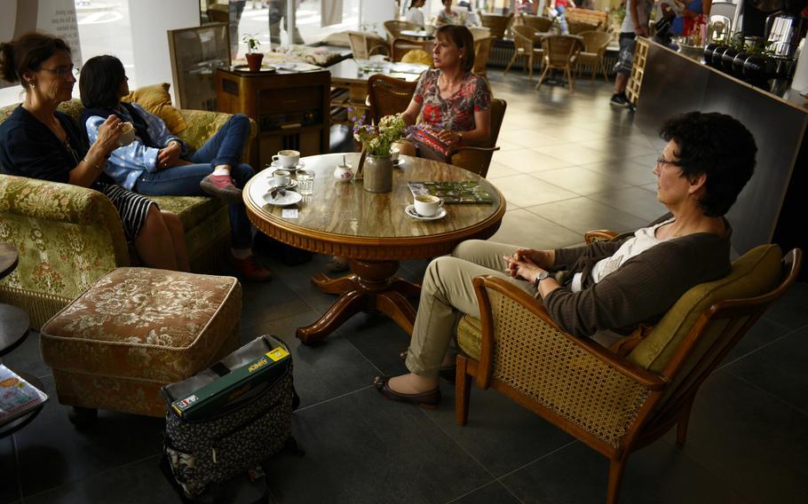 Customers enjoy good coffee and conversation at Kaffeerösterei Kaiserslautern.