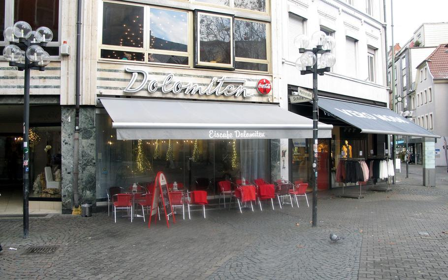 Eiscafe Dolomiten occupies an ideal location in downtown Kaiserslautern. The cafe is at the corner of bustling Marktstrasse and Schillerstrasse in the city's pedestrian zone, directly across from Stiftskirche.