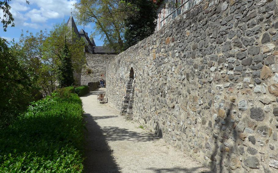 A path leads along the Friedberg castle wall and down through the castle gardens. The castle dates back to the 13th century, the wall was built between the 14th and 16th centuries.