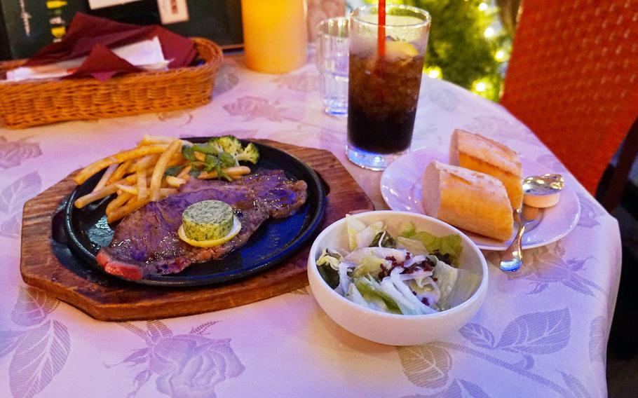 The sirloin steak at Cobara-Hetta in Tokyo was delicious and a great value at 1,380 yen.