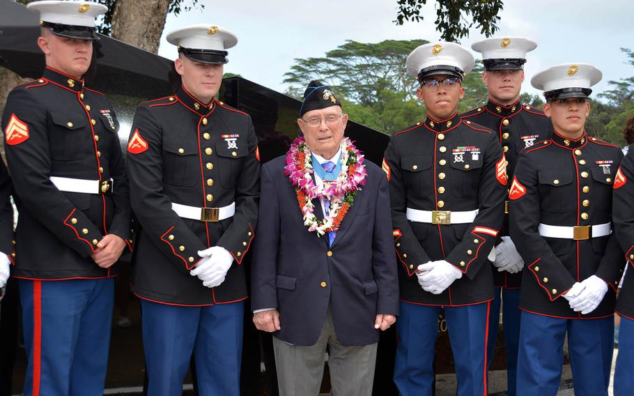 """World War II Medal of Honor recipient Hershel """"Woody"""" Williams poses with a group of Marines after a ceremony for Gold Star families in Kaneohe, Hawaii, March 17, 2018."""