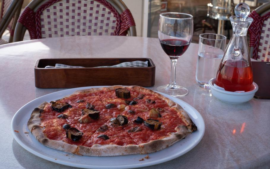 Pinoccio's Marinara Pizza — which contains roasted eggplant, black olives and artichokes — is a good option for vegan and vegetarian diners. The restaurant's English menu features pictures identifying the ingredients of each dish, including the type of meat, as well as common allergens such as dairy, eggs and wheat.