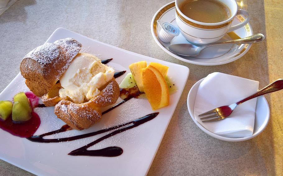 """Pinoccio's """"popover"""" (800 yen) — a flaky pastry sprinkled with powdered sugar and filled with vanilla ice cream, all surrounded by fresh fruit and sitting atop a bed of chocolate syrup — is a wonderful accompaniment to any meal. Coffee or espresso can be added for an additional 100 yen."""