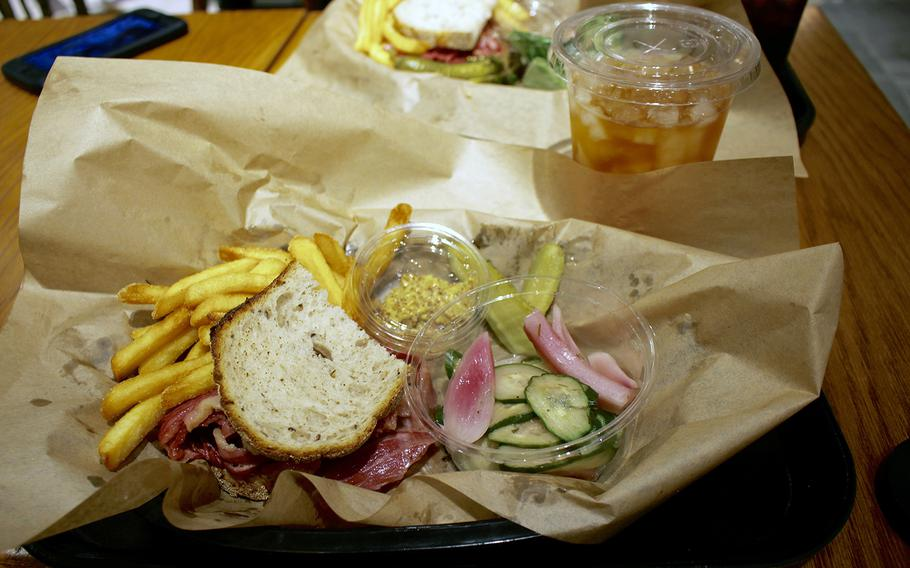 The hot pastrami sandwich lunch set at Wise Sons Tokyo included a small salad, fries and a drink. The grainy mustard comes on the side to slather on to your heart's content. The set itself looks like a small portion, but it was pretty filling.