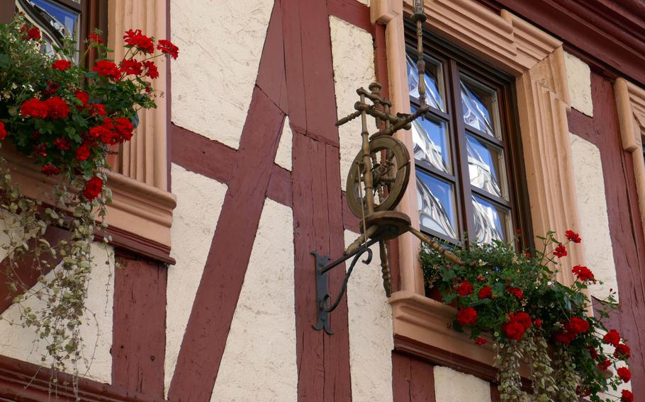 A spinning wheel adorns the facade of the half-timbered building that houses the Spinnraedl restaurant. It dates back to at least 1742, and the building is one of the oldest half-timbered houses still standing in Kaiserslautern.