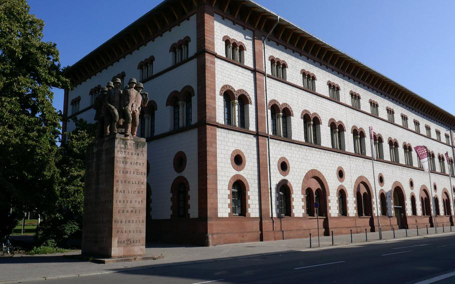 The 23rd Monument, dedicated to the soldiers of the 23rd  Bavarian Infantry Regiment, stands next to Kaiserslautern's 19th-century Fruchthalle, a concert and exhibition hall.