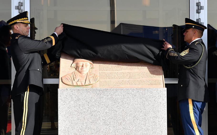Soldiers unveil a plaque honoring the late Gen. Paul L. Freeman Jr., namesake of Freeman Hall, as the 2nd Infantry Division headquarters is known, Tuesday, Nov. 20, 2018.