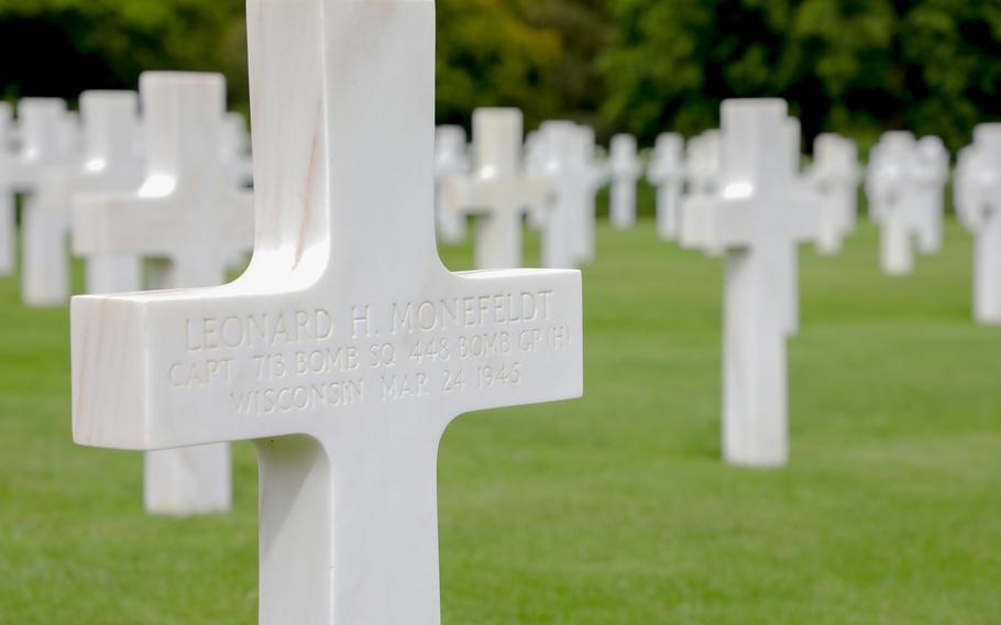 The gravestone marker for Capt. Leonard H Monefeldt at the Cambridge American Cemetery.