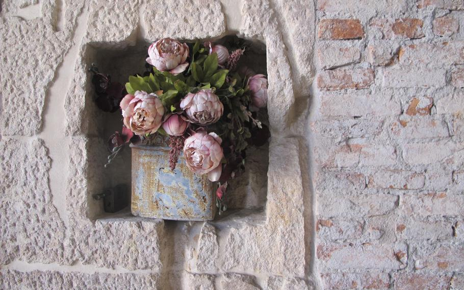 Located inside Vicenza's Basilica Palladiana, Bar Borsa's aesthetic allure is flawless. Here, dried peonies set off the centuries-old stone wall.