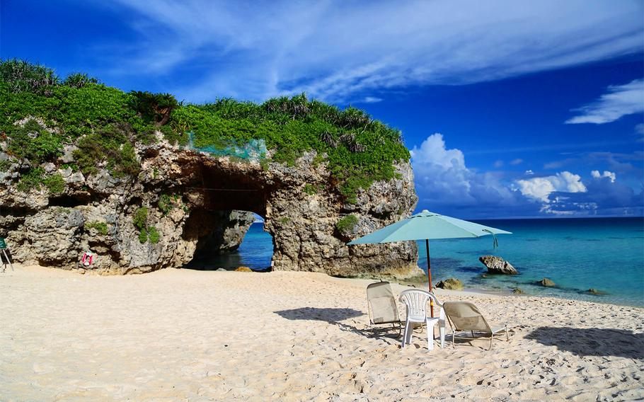 A short tunnel goes through a dome-shaped rock on Sunayama Beach. Many visitors take photos in front of the rock.