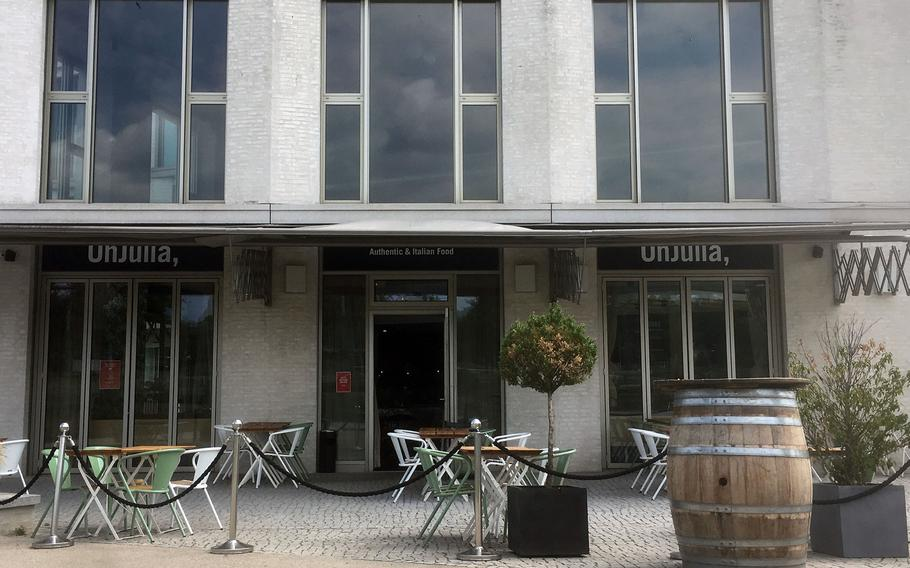 OhJulia at Stuttgart's Killesberg Park offers a wide range of food including pasta dishes, burgers and pizzas. It's located at the entrance to the park and has spacious indoor seating as well as outdoor seating.
