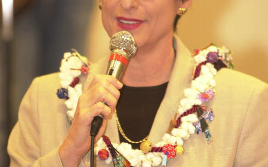 Hawaii Governor Linda Lingle thanks the folks for the reception at the Camp Zama Community Center.