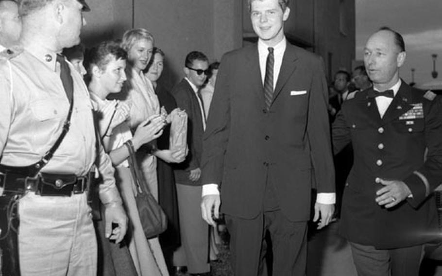 Van Cliburn is escored past a group of fans as he arrives for his concert in Heidelberg.