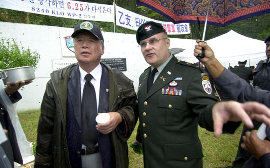 Col. David S. Maxwell, chief of staff of the Special Operations Command Korea, chats with Park Sang-joon, president of the Federation of Partisan Forces Korea, during a ceremony Friday on Kyodong Island.