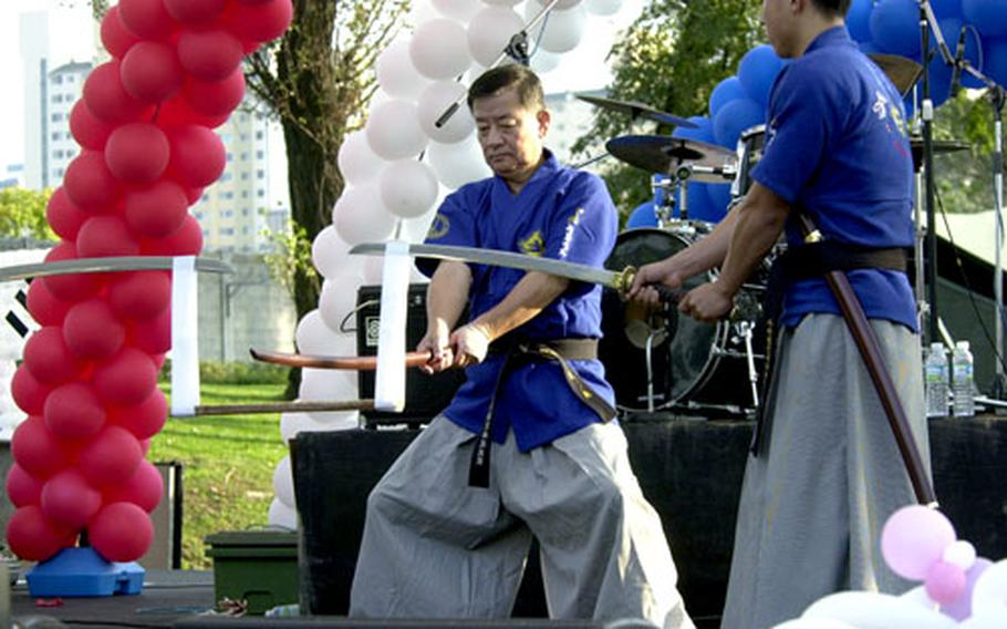 Gangnam Mayor Kwan Moon-yong shows off his skills with the sword.