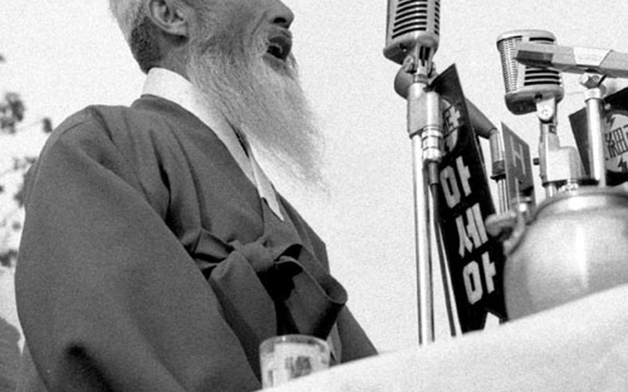 """Sok Hon Ham, a philosopher regarded by some as """"the Gandhi of Korea,"""" speaks at a rally held in opposition to the government's normalization negotiations with Japan."""