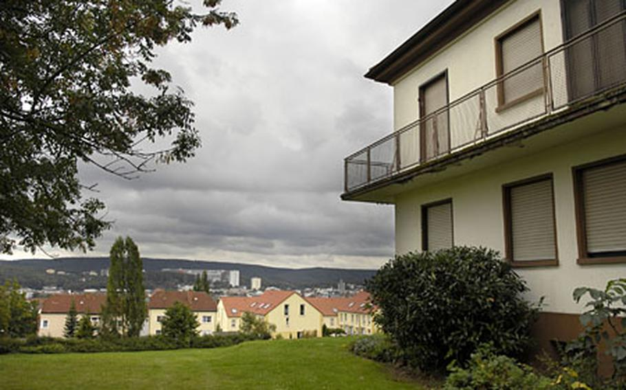 A housing area of 80 residences in downtown Kaiserslautern is scheduled to close in September 2009. As of now, only eight of the 80 houses on Fliegerstrasse and Am Blutacker are occupied. Most of the 1950s-style buildings have been empty for more than a year.