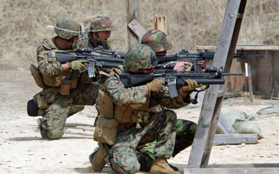 Marines train with M-249 machine guns.