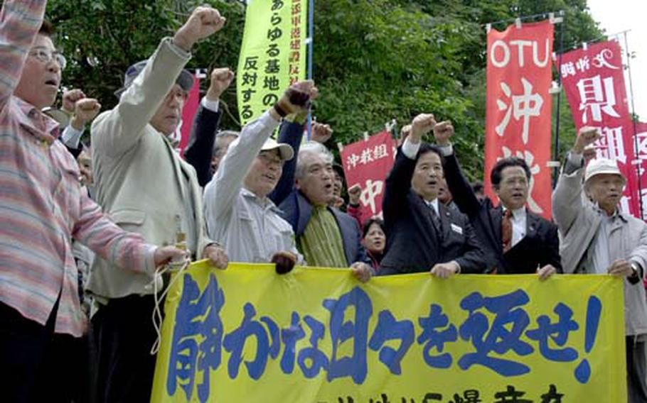 Ginowan residents who filed a lawsuit against the Japanese government over noise from Marine Corps Air Station Futenma march to Fukuoka High Court in Naha Thursday after a brief rally outside the court before a final hearing begins to wrap up their 8-year-old court battle.