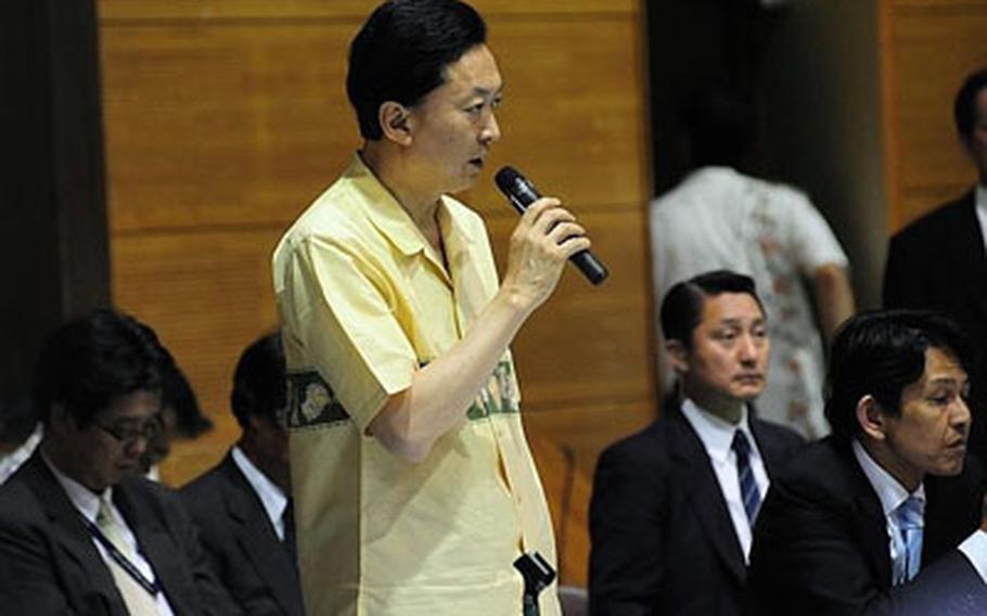 Prime Minister Yukio Hatoyama talks to town residents at a town hall meeting inside Futenma Elementary School No. 2 Tuesday.