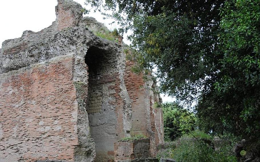 These walls are a part of the well-preserved section of the Flavio amphitheater, whose construction some experts date to the era of emperor Vespasian, from 70 to 79.