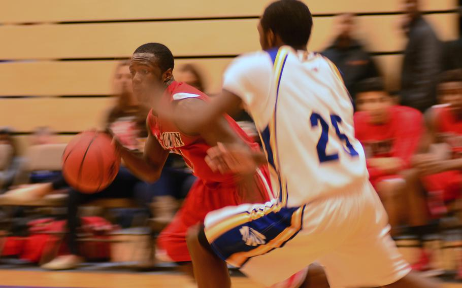 Kaiserslautern's Lorenzo Williams drives past Wiesbaden's Anthony Little.  Lorenzo scored a game-high 18 points.  Wiesbaden held on to win 78-70.