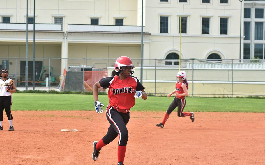 Kaiserslautern's Kaela Bedford and Chloe Whisennand race around the bases on Whisennand's home run against Vicenza on Friday, May 11, 2018.