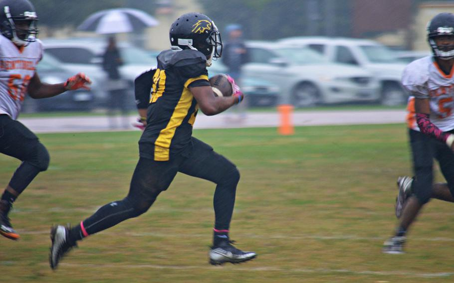 Vicenza running back Zach Cohen runs for a touchdown during Saturday's game. The Cougars defeated the Spangdahlem Sentinels by the score of 39-3.