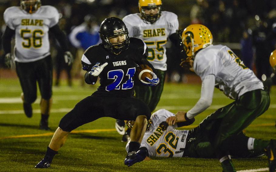 Hohenfels' David Vidovic cuts past SHAPE defenders in the DODDS-Europe Division II football championships at Kaiserslautern High School Stadium, Germany, Nov. 2, 2013.